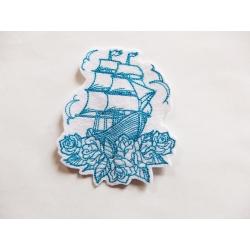 Patch thermocollant voilier, bateau turquoise sur des roses