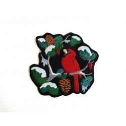 Appliqué oiseau cardinal sur une branche enneigée