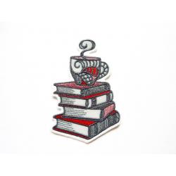 Appliqué patch tasses superposées sur des livres