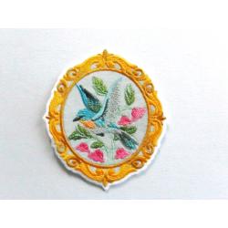 Patch thermocollant oiseau dans un cadre avec des fleurs