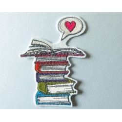 Appliqué patch livres superposés avec un coeur