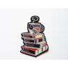 Ecusson patch tasses superposées sur des livres